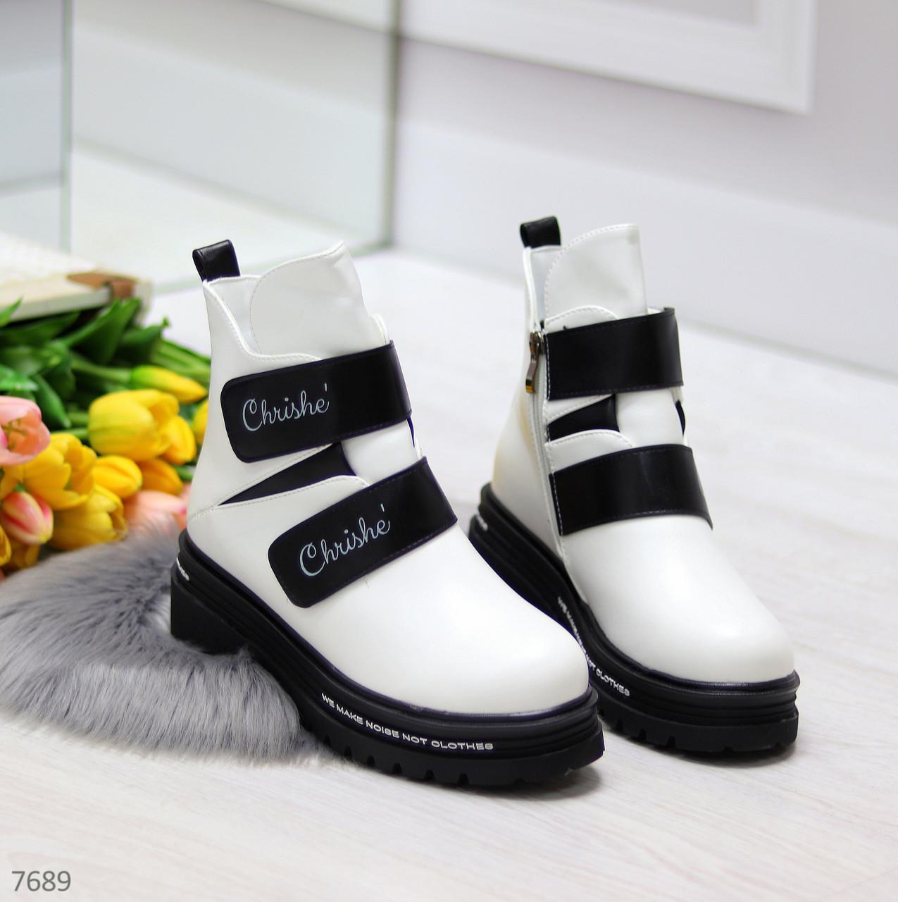 Эффектные белые зимние женские ботинки на черных липучках