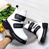 Эффектные белые зимние женские ботинки на черных липучках, фото 3