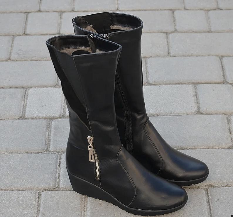 Женские сапоги на танкетке кожаные черные Karmen 144014. Женская обувь