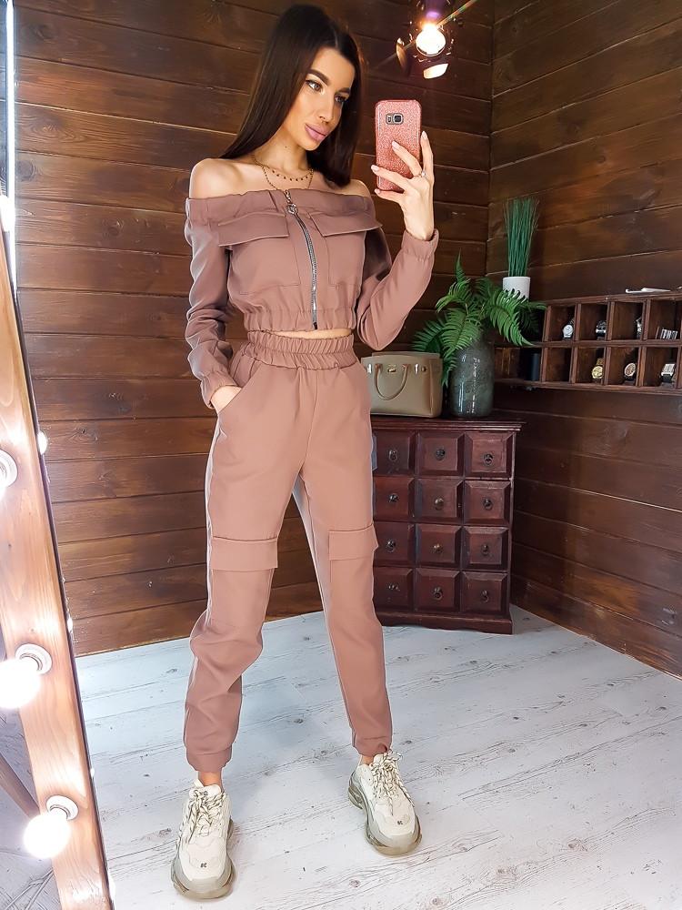 Стильный костюм  с карманами в коричневом цвете