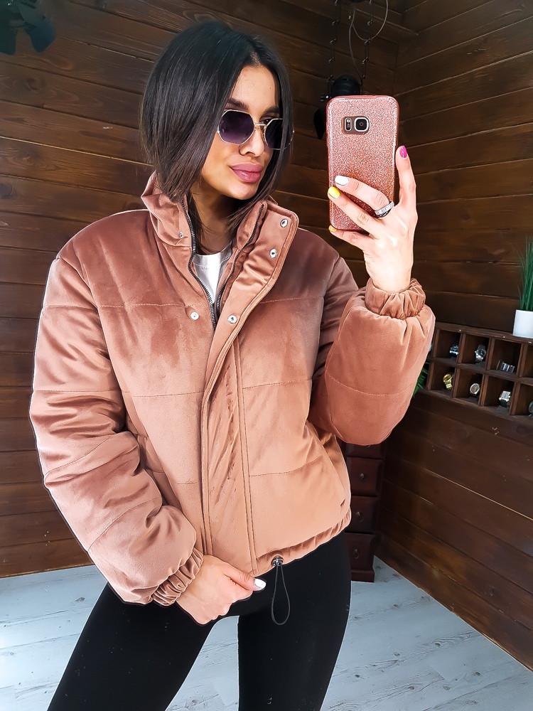 Трендовая укороченная  куртка  из бархата бежевого цвета