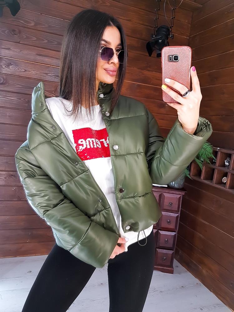 Дутая укороченная  куртка  из эко-кожи  цвета хаки