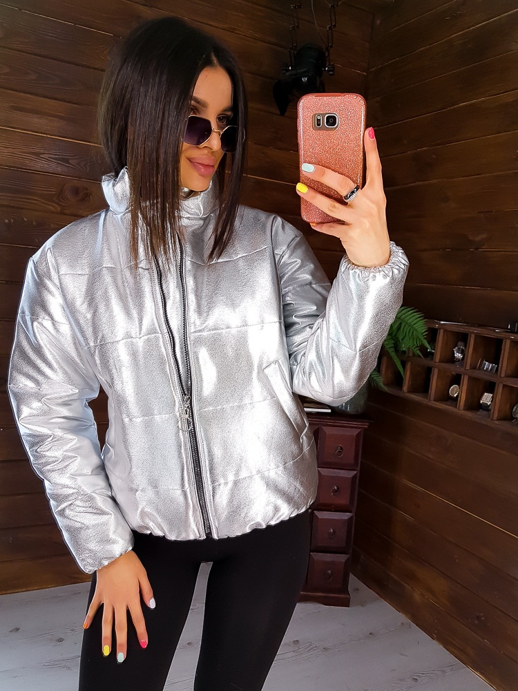 Стильная короткая куртка из эко-кожи в серебристом цвете