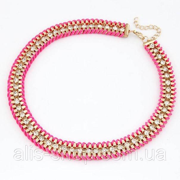 Хит 2015  Мега ― стильное ожерелье Ribbon-Wrapped Curb Chain.  Золотая цепь с камнями обернута  розовой лентой ― очень хитово и смело.