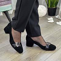 Туфли женские замшевые на невысоком каблуке декорированы лаковым ремешком, цвет черный. 36 размер