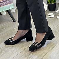 Туфли женские замшевые на невысоком каблуке декорированы лаковым ремешком, цвет черный. 37 размер