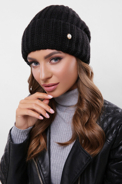Модная женская шапка на флисе с красивой фурнитурой черная