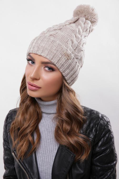 Модная женская шапка с узорами, бубон в цвет пряжи капучино
