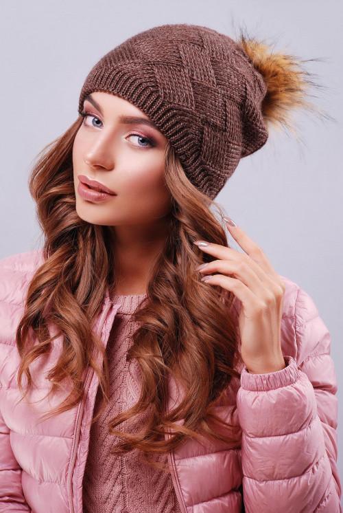 Стильная женская шапка двойной вязки с пышным помпоном коричневая