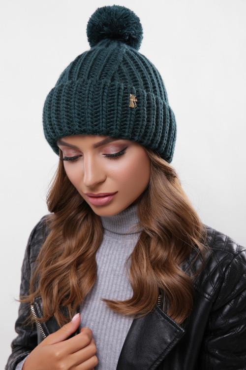 Модная шапка с узорами и подворотом темно-зеленая