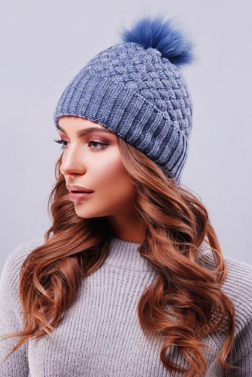 Стильная женская шапка с отворотом и пышным помпоном из натурального меха песца светлый джинс