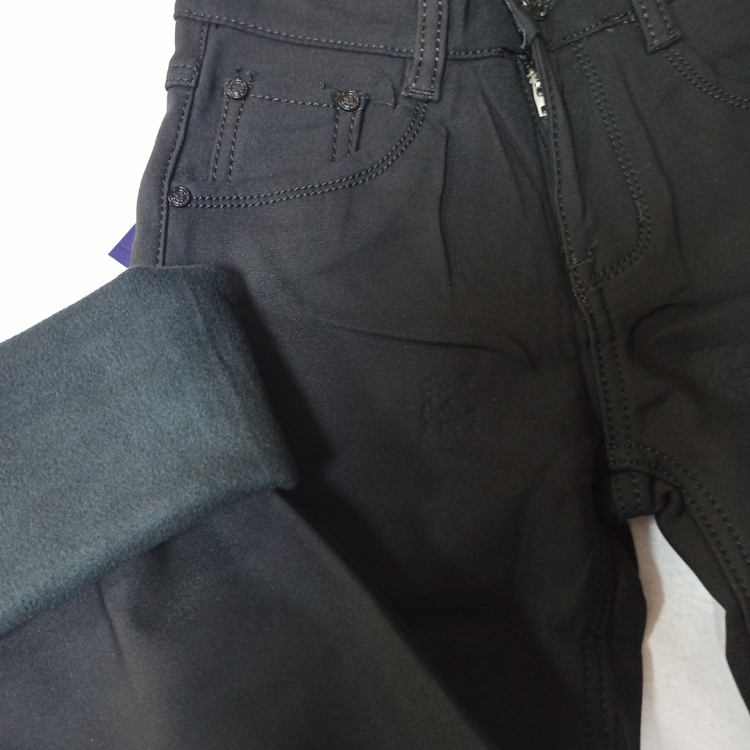 Теплі класичні джинси на хутрі для хлопчика чорного кольору.