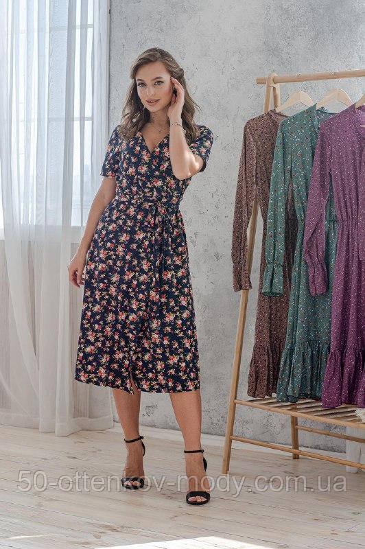 Легкое летнее платье на запах, (40-46рр), миди, за колено, принт мелкие букеты на темно-синем