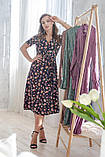 Легкое летнее платье на запах, (40-46рр), миди, за колено, принт мелкие букеты на темно-синем, фото 2