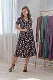 Легкое летнее платье на запах, (40-46рр), миди, за колено, принт мелкие букеты на темно-синем, фото 5
