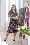 Легкое летнее платье на запах, (40-46рр), миди, за колено, принт мелкие букеты на темно-синем, фото 6