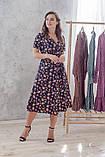 Легкое летнее платье на запах, (40-46рр), миди, за колено, принт мелкие букеты на темно-синем, фото 7