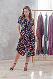 Легкое летнее платье на запах, (40-46рр), миди, за колено, принт мелкие букеты на темно-синем, фото 8
