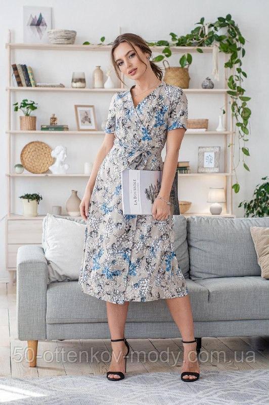 Легкое летнее платье на запах, (40-46рр), миди, за колено, принт голубые листья на бежевом