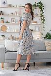 Легкое летнее платье на запах, (40-46рр), миди, за колено, принт голубые листья на бежевом, фото 2