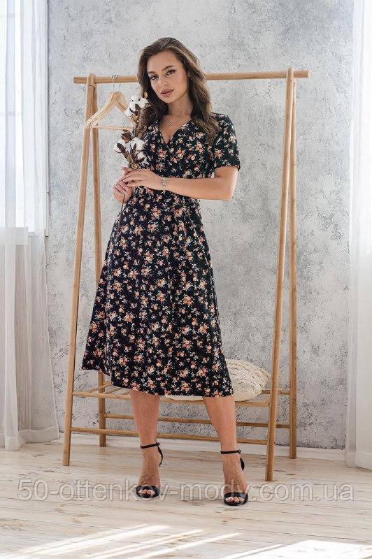 Легкое летнее платье на запах, (48-50рр), миди, за колено, принт  мелкие букеты на черном