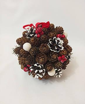 Рождественский  шар из натуральных шишек, новогодний декор красные ягоды, фото 2