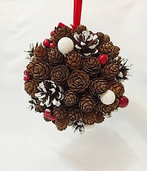 Рождественский  шар из натуральных шишек, новогодний декор красные ягоды, фото 3