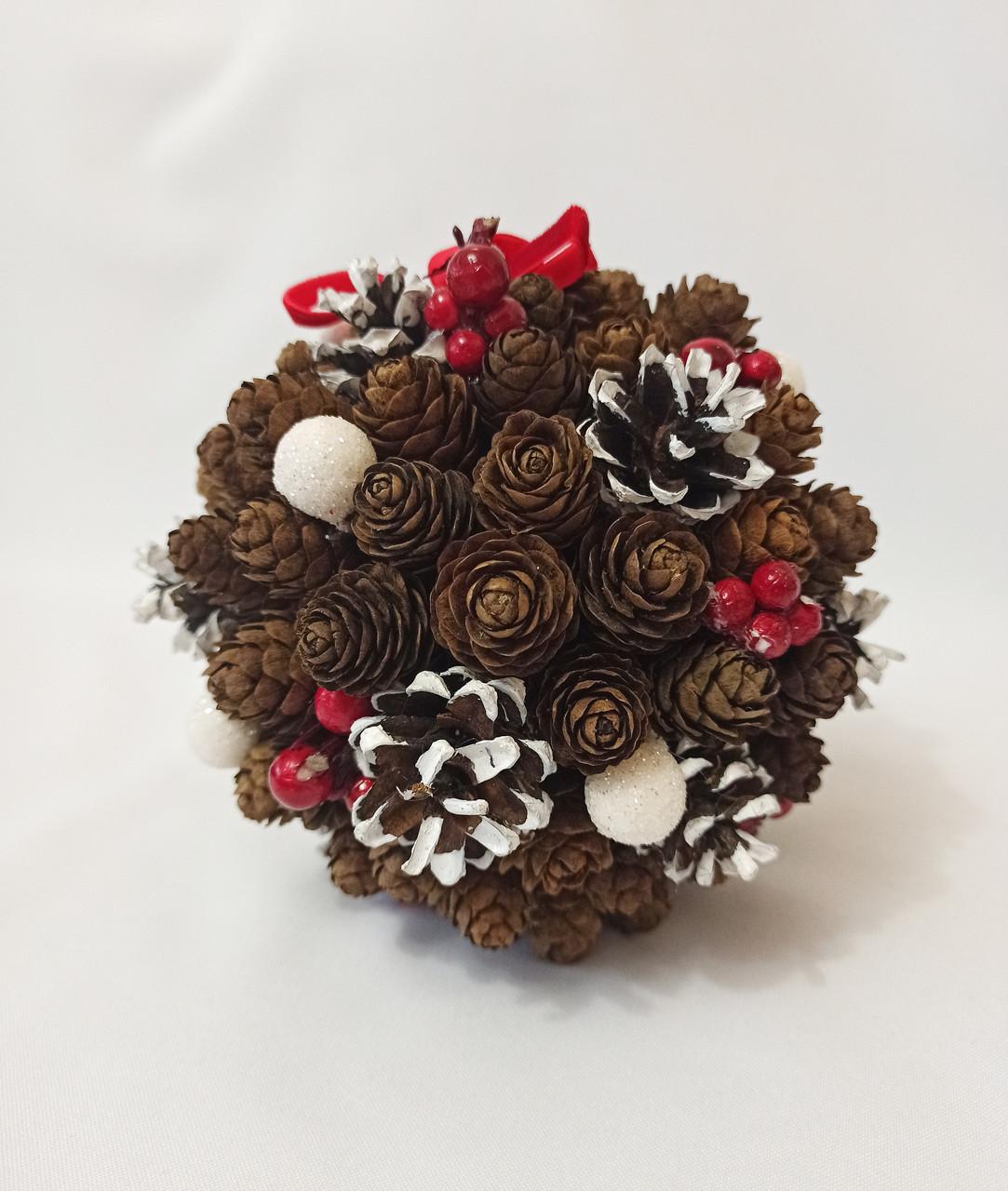 Рождественский  шар из натуральных шишек, новогодний декор красные ягоды