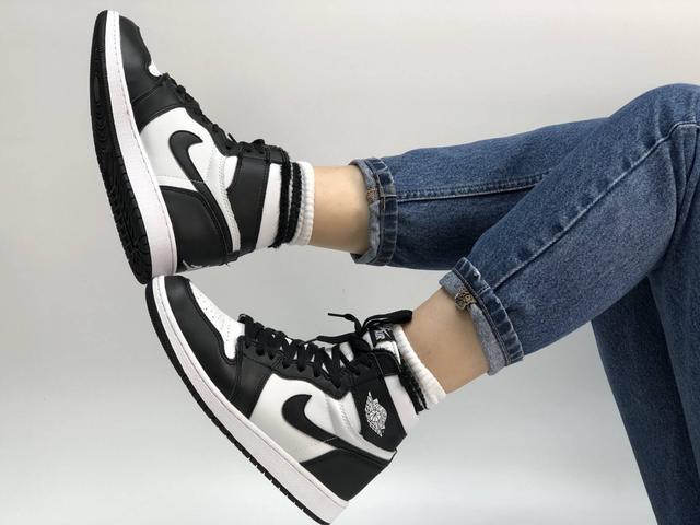 Высокие кроссовки на меху Nike Air Jordan Retro в черно-белом цвете фото