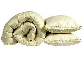 Ковдра полуторна бежевого кольору з наповнювачем штучний лебединий пух + 2 подушки 70х70 см