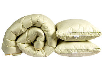 Одеяло полуторное бежевого цвета с наполнителем искусственный лебяжий пух + 2 подушки 50х70 см