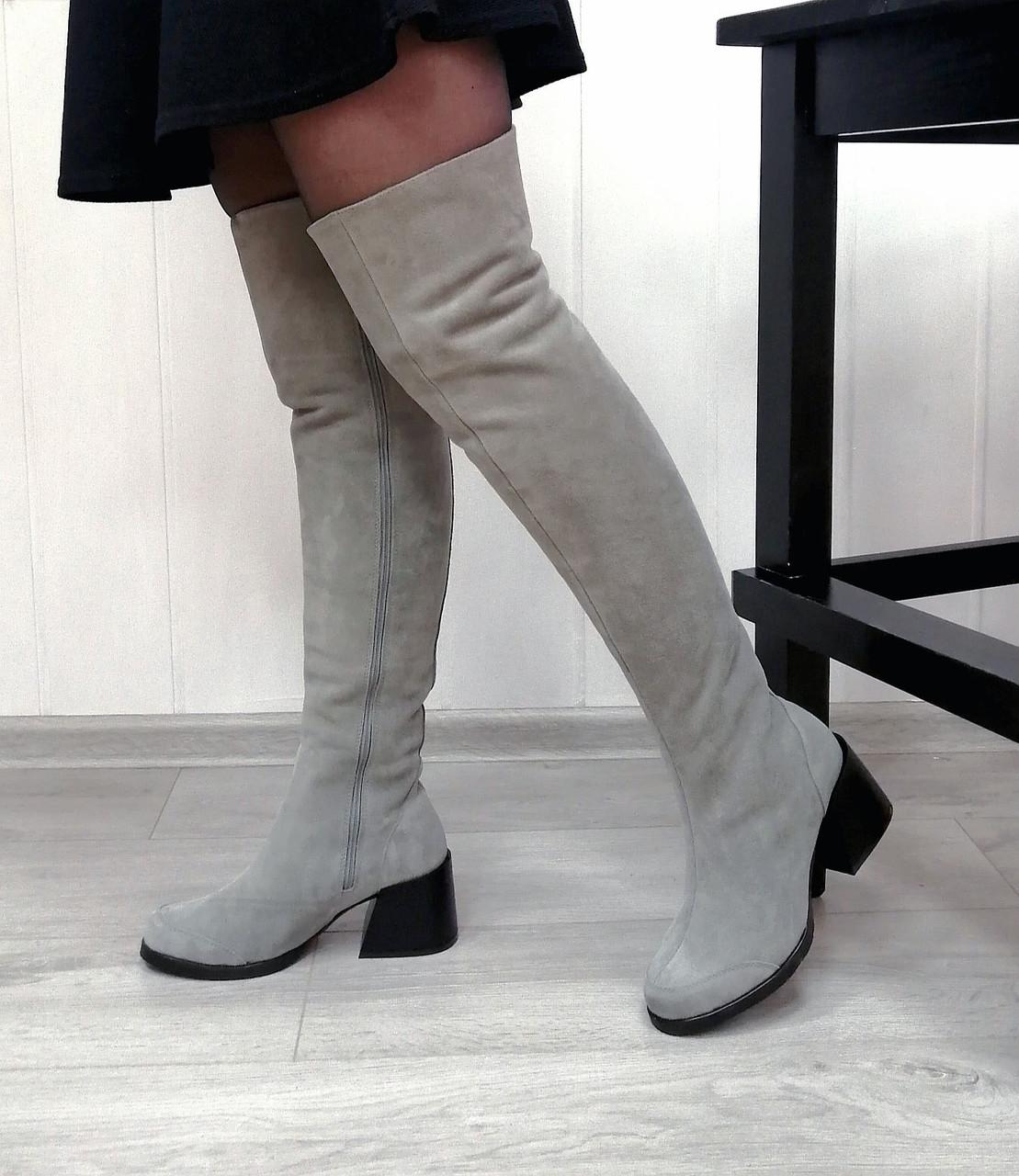 Серые замшевые ботфорты на широком каблуке