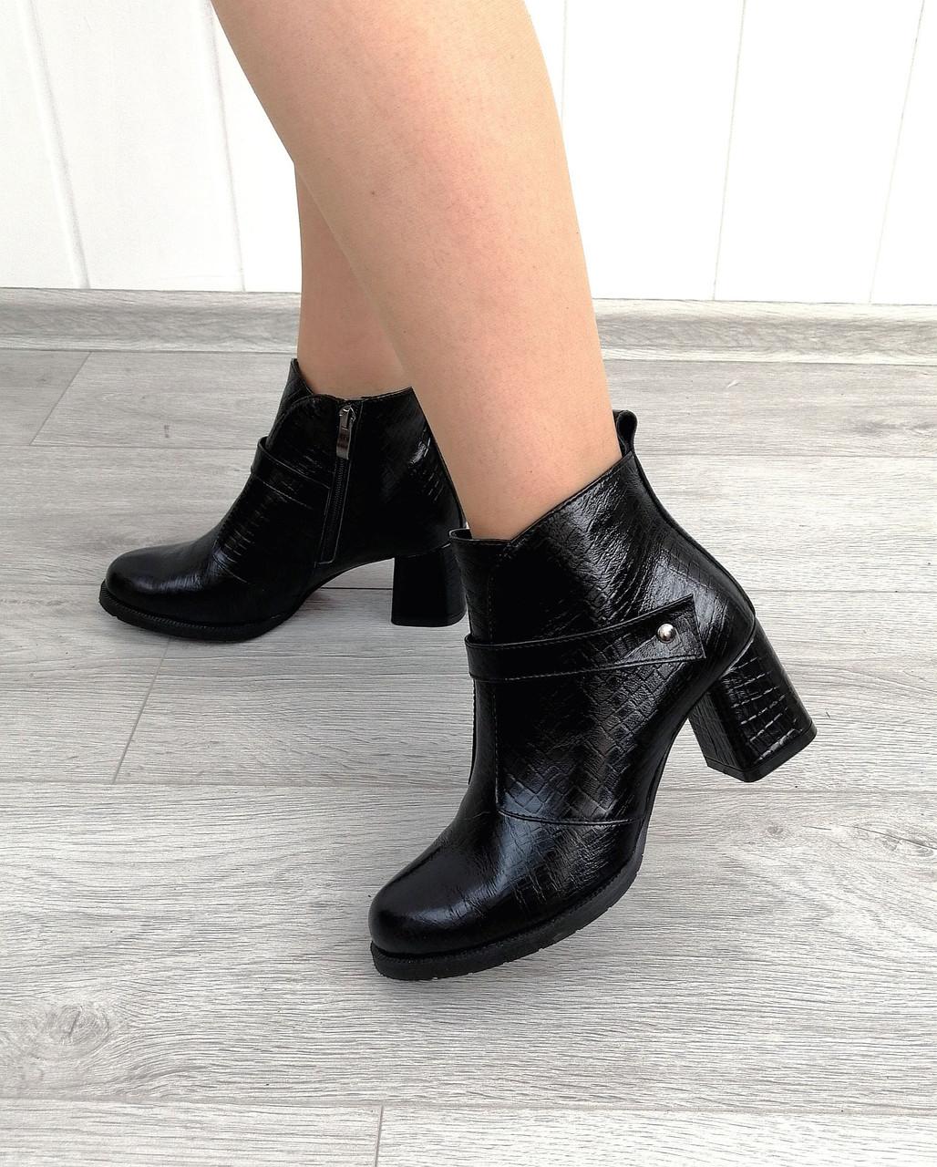 Класичні туфлі на стійкому каблуці