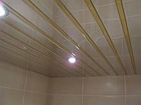 Реечный подвесной потолок: зеркальный с золотой вставкой