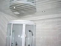 Реечный потолок: зеркальный с белой вставкой