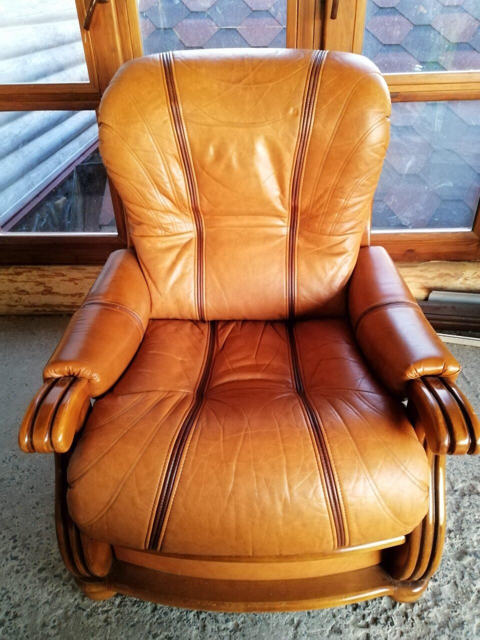 Кресло кожа, на дубовом каркасе.