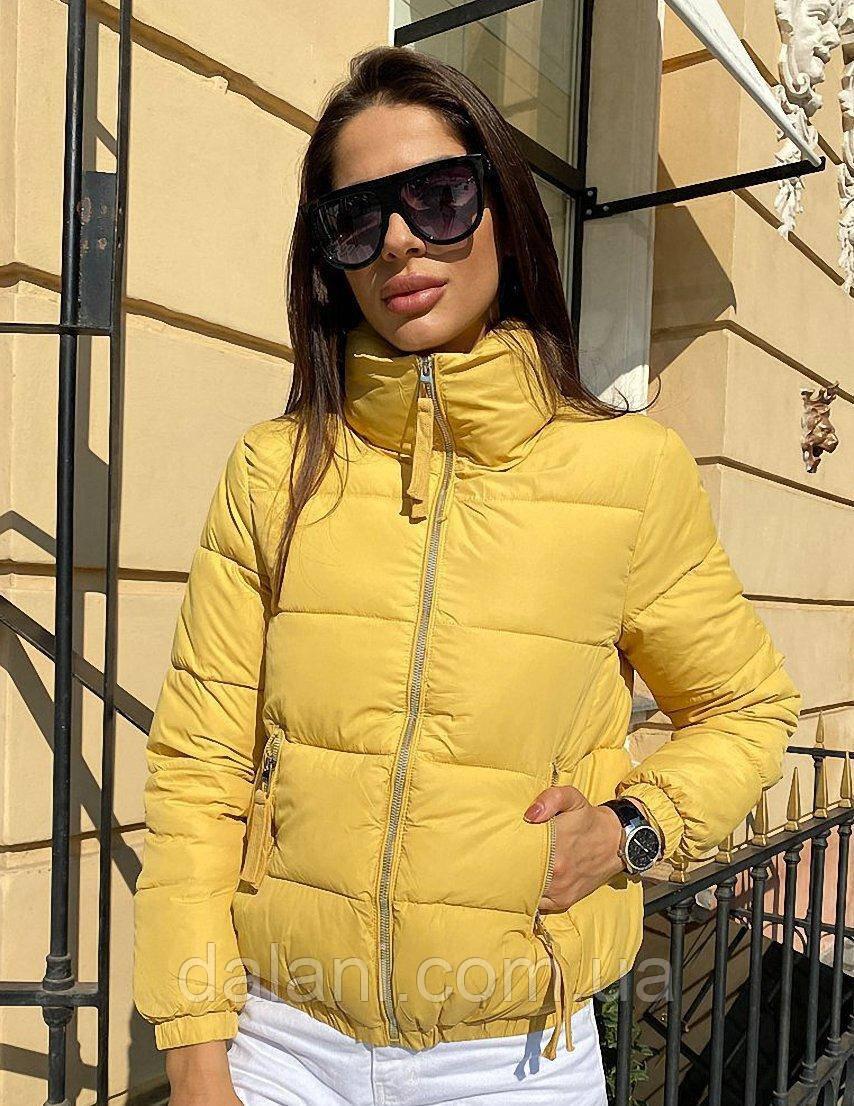 Укороченная женская желтая куртка дутая на молнии