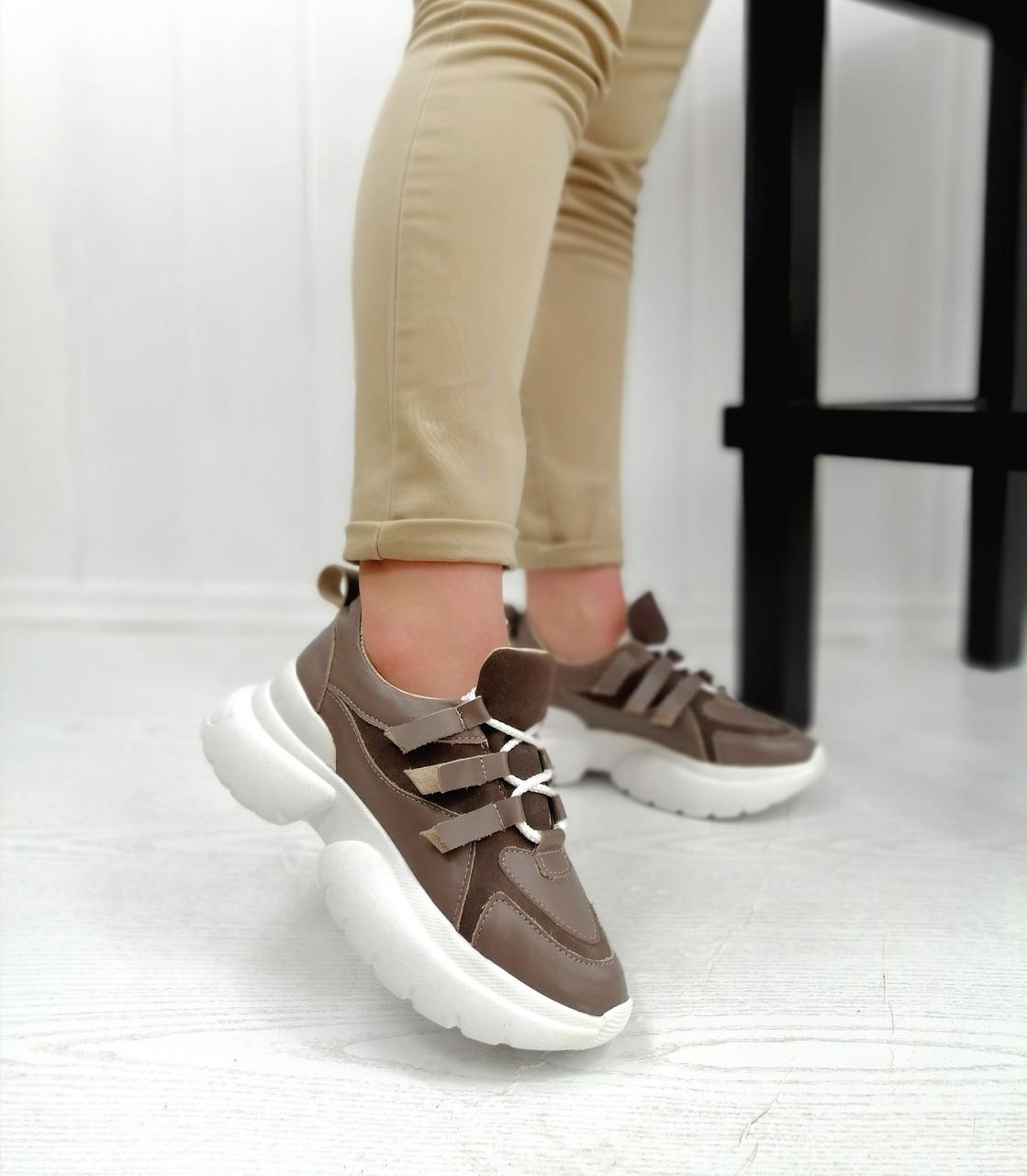 Бежеві стильні кросівки на білій платформі