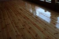 Монтаж деревянного пола с материалом, фото 1