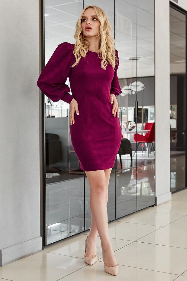 Нарядное платье замшевое облегающее с пышными рукавами марсала