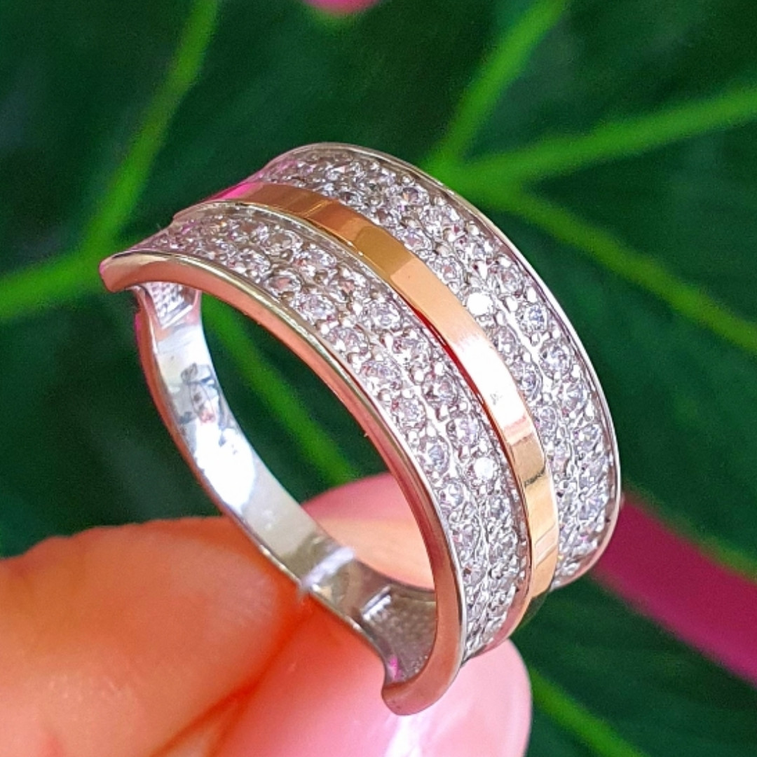 Серебряное кольцо с камнями и золотом - Женское кольцо из серебра с фианитами и золотом