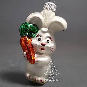 Стеклянная елочная игрушка Зайка с морковкой