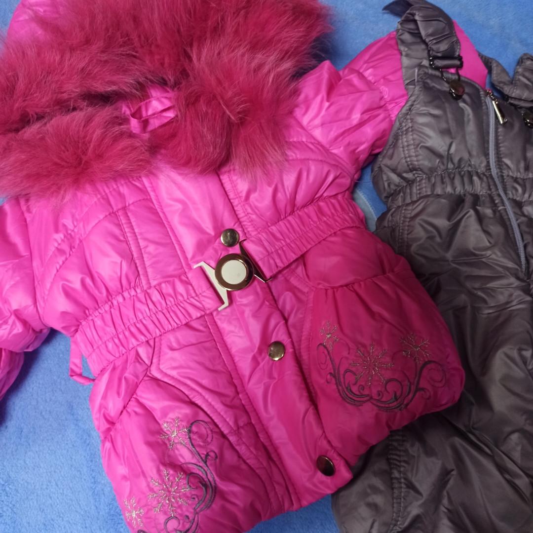 Зимний теплый костюм для девочки. В комплект входит куртка на меху малинового цвета и штаны- полукомбинезон.