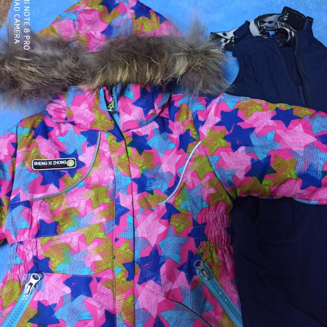 Теплый зимний термокостюм для девочки. В комплект входит куртка и штаны- полукомбинезон.