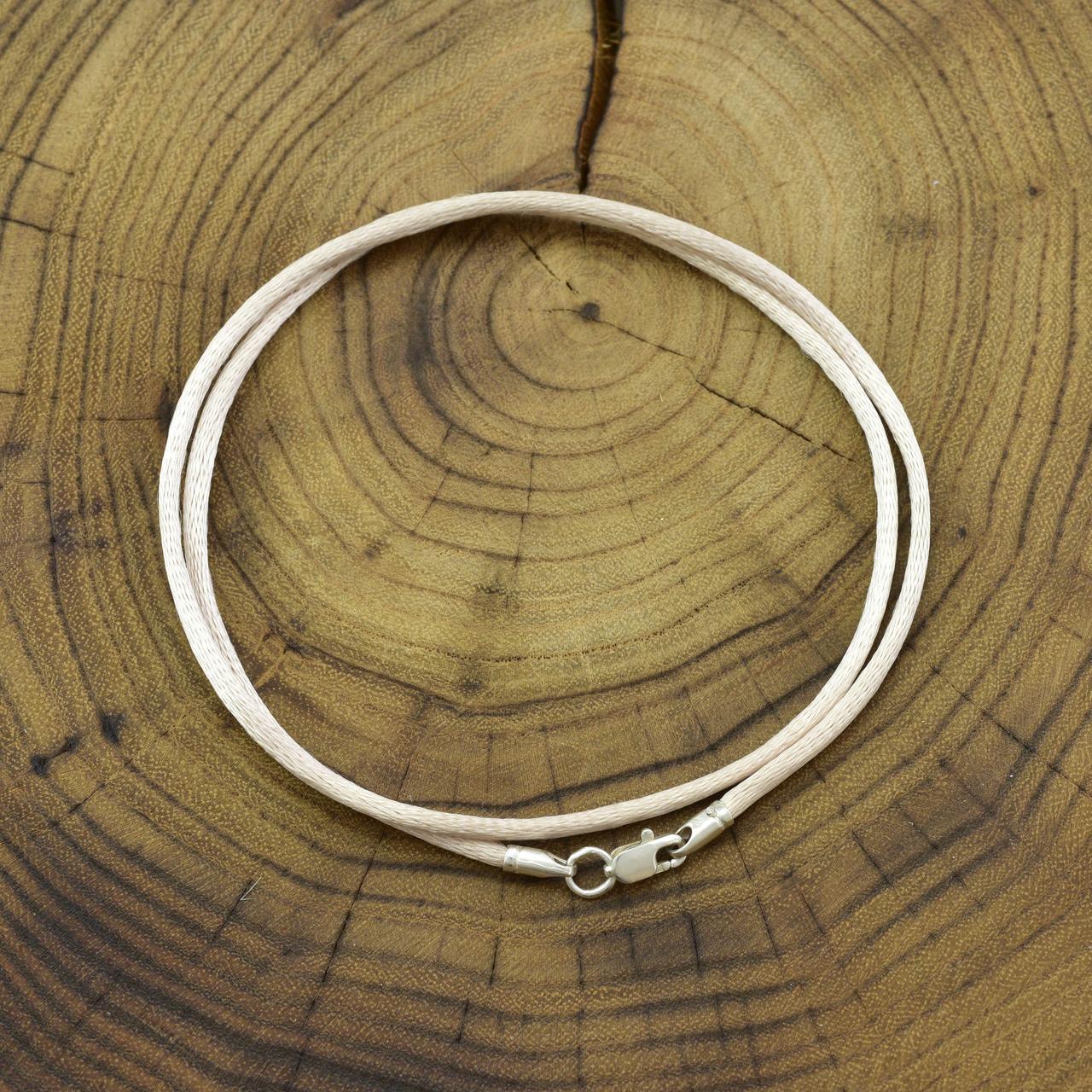 Шнурок шелковый цвет светло-бежевый длина 35 см ширина 2 мм вес серебра 0.7 г