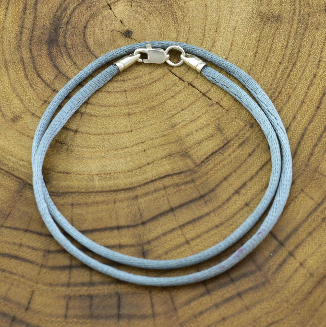 Шнурок шелковый цвет серый длина 35 см ширина 2 мм вес серебра 0.7 г