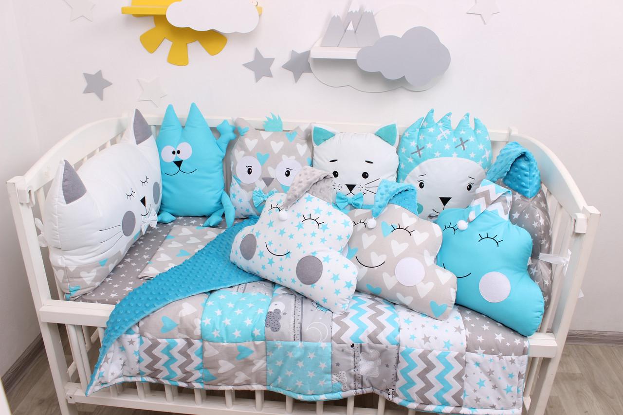 Комплект в кроватку с игрушками и облачками в голубом цвете