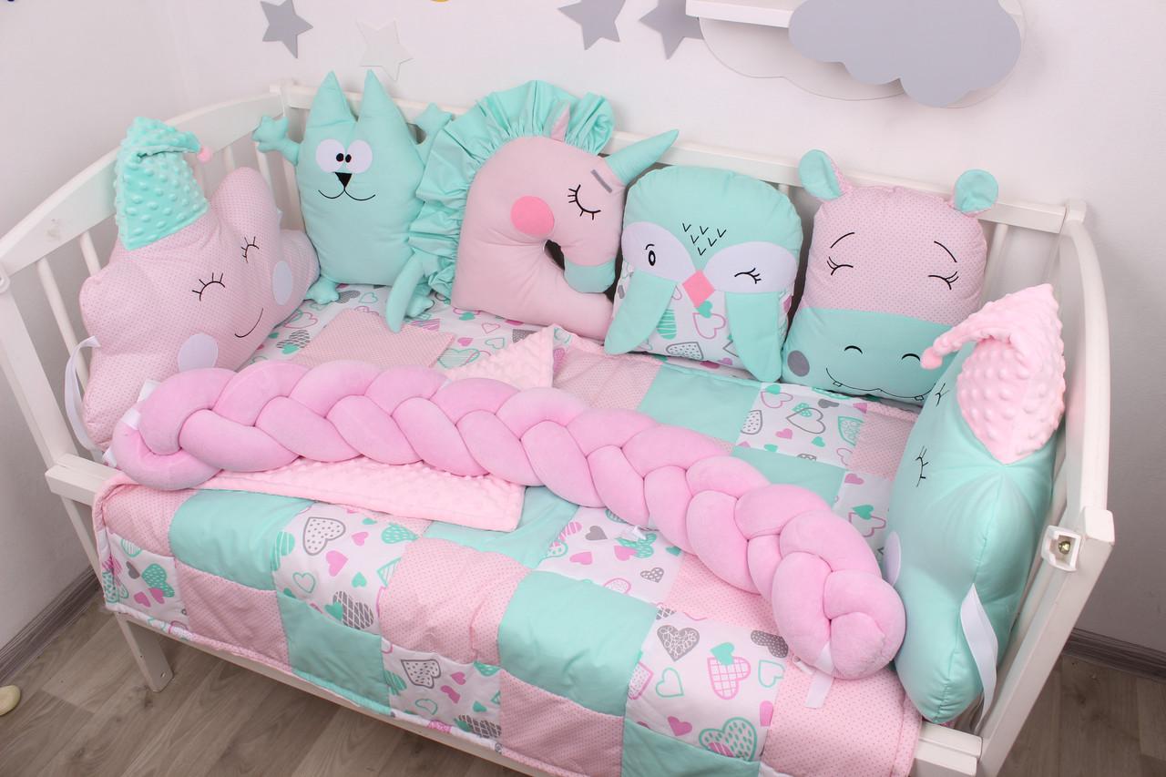 Комплект в кроватку с игрушками и косичкой в розово-мятном цвете