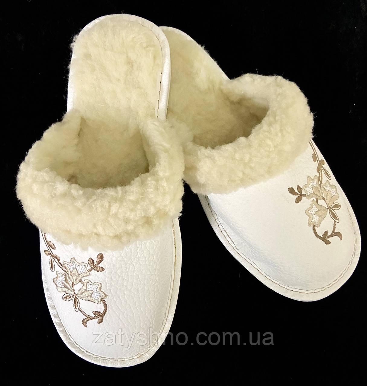 Белые теплые тапочки