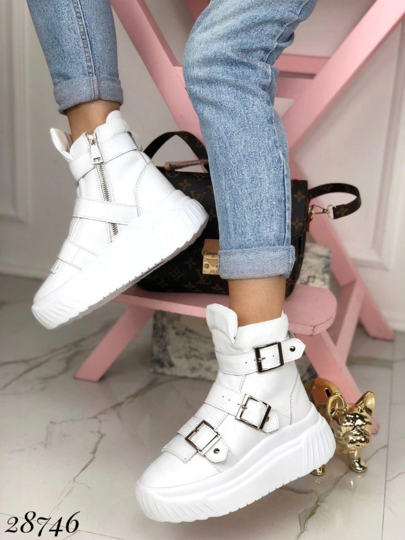 Ботинки зимние на спортивной подошве с ремешками, сбоку на молнии 40 размеры